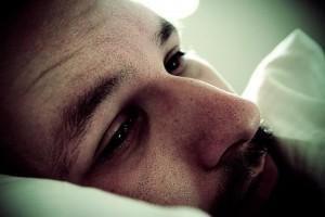 枕に頭をのせうつろな顔