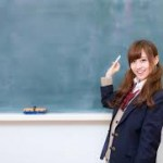 黒板前にたつ女子