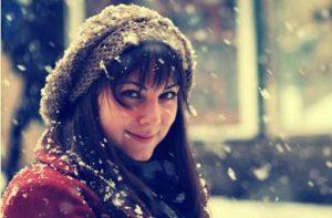 綿雪降る中の笑顔の女性