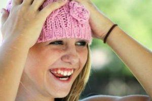 ニット帽子をかぶった女性