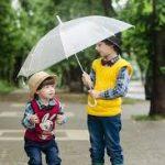 傘をさした子供