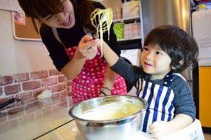 料理を頑張る子供