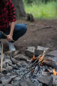 キャンプで火おこし