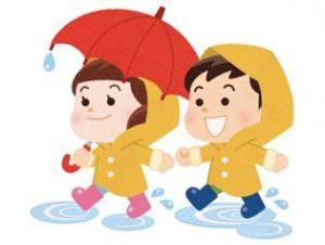 雨の日を歩く子供